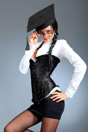 sexy young girls: Привлекательная молодая женщина в очках позирует на сером фоне.