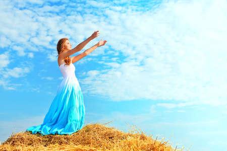 Romantique jeune femme posant en plein air. Banque d'images