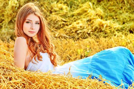 gitana: Romántica joven posando al aire libre.