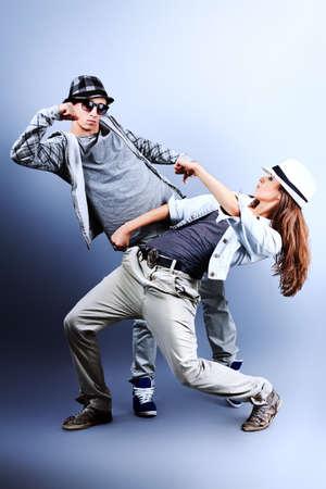 baile hip hop: Una pareja joven y mujer bailando hip-hop en el estudio. Foto de archivo