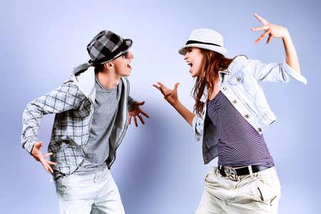Een paar jonge man en vrouw dansen hip-hop in de studio.