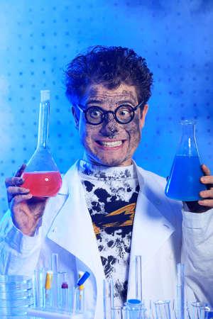 profesor: Tema médico: científico loco gracioso está trabajando en un laboratorio. Foto de archivo