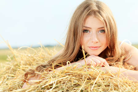 mujer hippie: Joven rom�ntico posando al aire libre. Foto de archivo