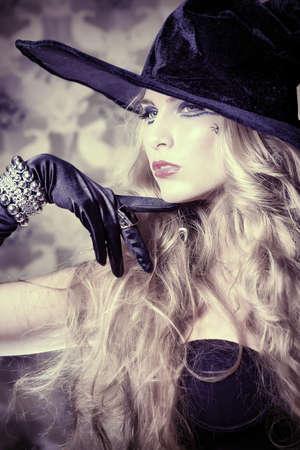 brujas sexis: Encantadora bruja halloween sobre fondo vintage.