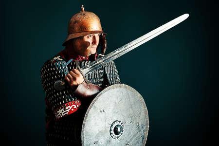 黒い背景上の鎧中世の男性の騎士の肖像画。 写真素材