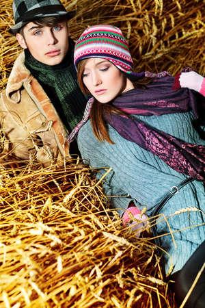 jovenes enamorados: Retrato de una pareja joven y bella con ropa de abrigo al aire libre. Foto de archivo