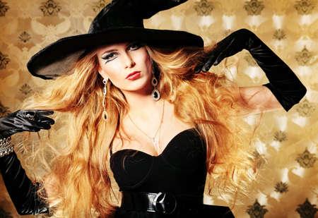 sorci�re halloween: Charme sorci�re sur fond vintage.
