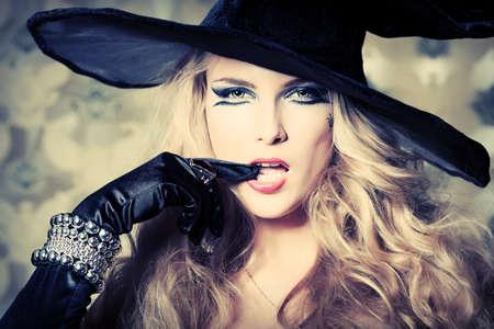 bruja: Encantadora bruja halloween sobre fondo vintage.