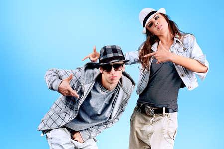 Una pareja de hombre joven y una mujer bailando hip-hop en estudio. Foto de archivo