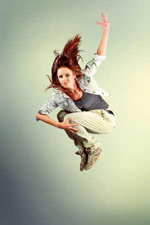 people dancing: Un paio di giovane uomo e donna che balla hip-hop in studio. Archivio Fotografico