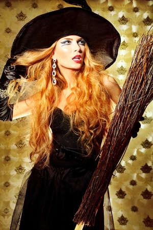 bruja sexy: Casa de la bruja de Halloween con una escoba sobre el fondo de la vendimia. Foto de archivo
