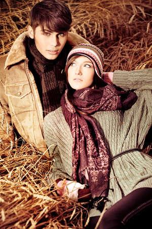 warm clothes: Ritratto di una giovane coppia felice in abiti caldi all'aperto. Archivio Fotografico