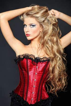 stay beautiful: Retrato de una hermosa mujer rubia sobre fondo negro.