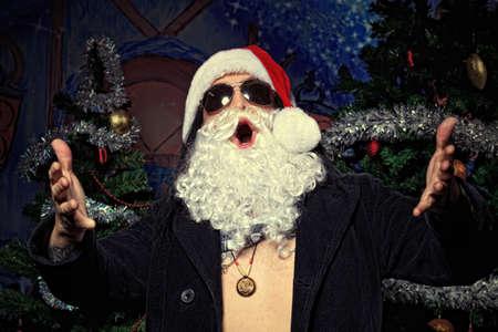 weihnachtsmann lustig: Porträt von einem lustigen jungen Mann in Santa Claus hat. Weihnachten. Lizenzfreie Bilder