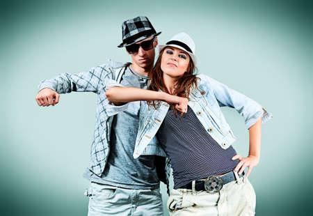 relaciones humanas: Una pareja de hombre y una mujer bailando hip-hop en el estudio. Foto de archivo