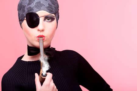 mujer pirata: Moda foto de un modelo extravagante.