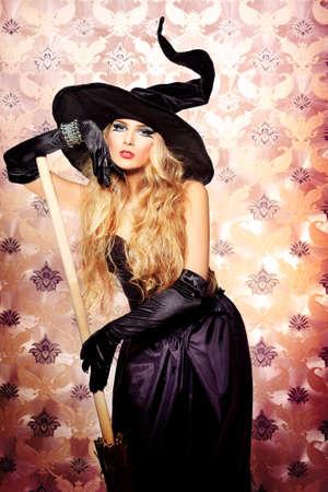 bruja sexy: Casa de la bruja de Halloween sobre fondo vintage. Foto de archivo
