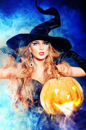 zucche halloween: Charme strega halloween su sfondo nero. Archivio Fotografico