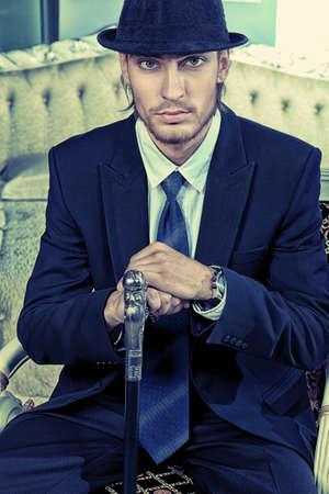 tuxedo man: Ritratto di un uomo bello alla moda posa in interni.