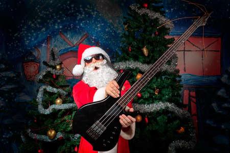weihnachtsmann lustig: Porträt eines singenden Weihnachtsmann mit E-Gitarre. Weihnachten.