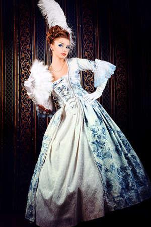 antique woman: Retrato de la mujer elegante en el vestir de �poca medieval.