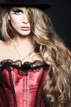 corsetto: Ritratto di una bella donna su sfondo nero.