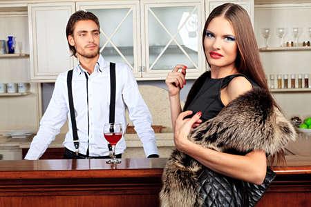 caras emociones: Retrato de un hombre guapo de moda con encanto de mujer posando en el interior.