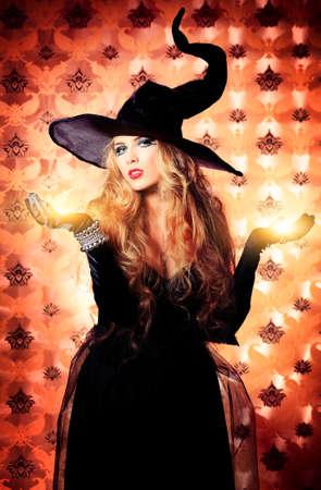 brujas sexis: Casa de la bruja de Halloween sobre fondo vintage. Foto de archivo