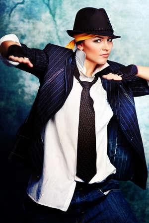 mujer con corbata: Baile mujer moderna en el estudio.