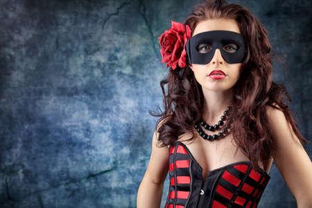 femme masqu�e: Portrait d'une femme sexy belle posant dans le studio. Banque d'images