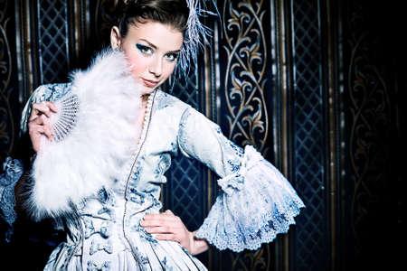 vestido medieval: Retrato de la mujer elegante en el vestir de época medieval.