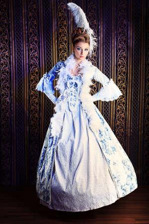 vestido medieval: Retrato de la mujer elegante en el vestir era medieval. Foto de archivo