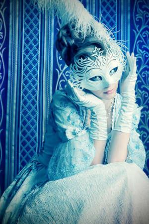 vestido medieval: Arte del retrato de una bella modelo femenino con una máscara de nieve. Navidad. Foto de archivo