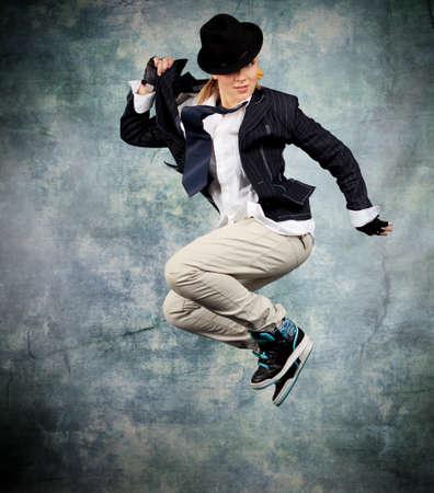 acrobacia: Bailando mujer moderna en el estudio.
