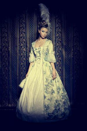 vestido medieval: Retrato de la mujer elegante en traje de época medieval.