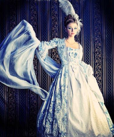 medieval dress: Retrato de la mujer elegante en el vestir de �poca medieval.