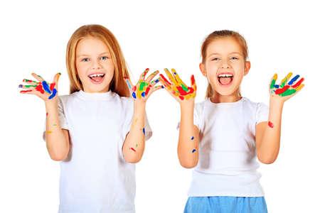 ni�os riendo: Retrato de dos ni�as lindo disfrutando de la Educaci�n pintura Aislado sobre fondo blanco