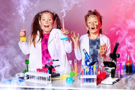 experimento: Dos niños haciendo experimentos científicos. Educación.
