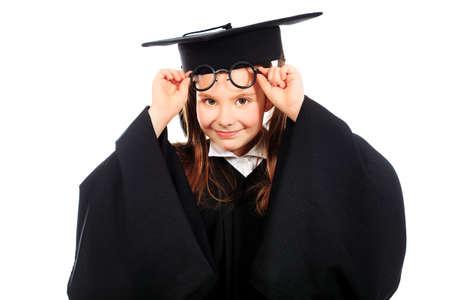 birrete de graduacion: Retrato de una chica linda en un vestido de graduación. Educación. Aislado en blanco.