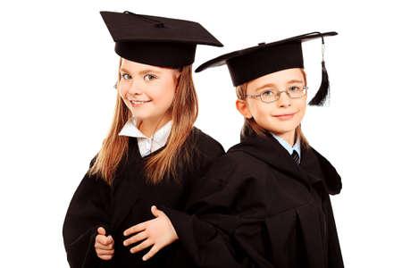graduacion ni�os: Retrato de dos ni�os en un vestido de graduaci�n. Educaci�n. Aislado en blanco.