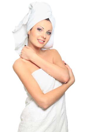mujer ba�andose: Joven y bella mujer posando en una toalla blanca. Spa, salud. Aislado en blanco. Foto de archivo