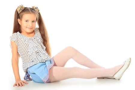 jolie petite fille: Portrait d'une jeune fille mignonne 7 ans. Isol� sur fond blanc.