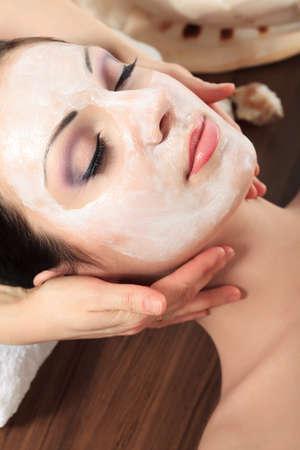 masajes faciales: Retrato de una mujer con máscara de spa en su cara. La salud, la medicina.