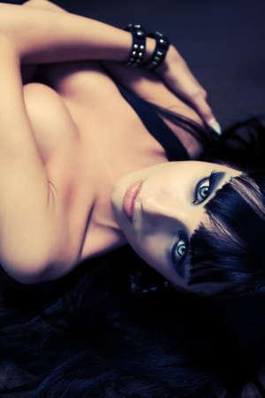 mujer sexy desnuda: Foto de una mujer desnuda sexy posando al aire libre.