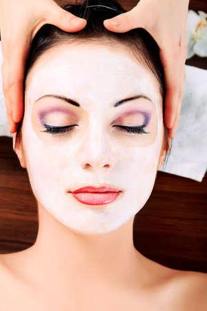 rejuvenating: Ritratto di una donna con la maschera termale sul suo viso. Sanit�, la medicina. Archivio Fotografico