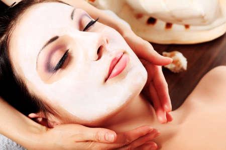tratamiento facial: Retrato de una mujer con m�scara de spa en su rostro. Salud, medicina. Foto de archivo