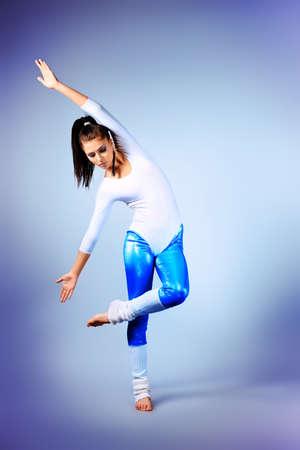 danza moderna: Bailarina de ballet moderno baile en el estudio.