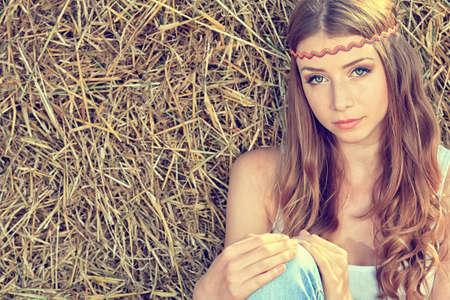 figli dei fiori: Romantic giovane donna in posa all'aperto. Archivio Fotografico