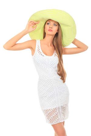 ropa de verano: Hermosa mujer joven en ligero vestido de verano posando sobre blanco.