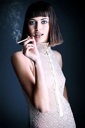 persona fumando: Retrato de un modelo de mujer de moda, disparó.